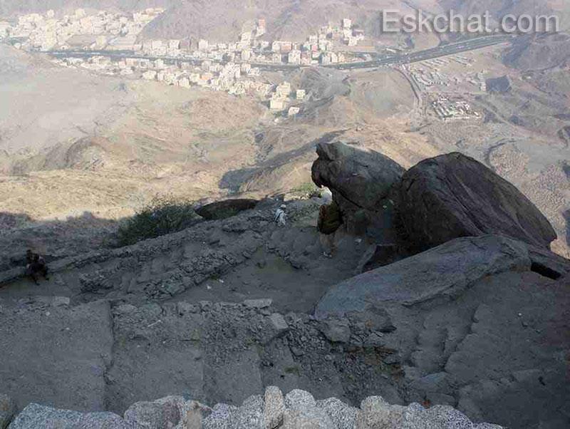 يبلغ ارتفاع جبل ثور نحو 748 م من سطح البحر