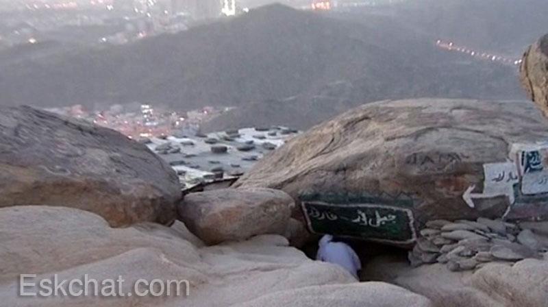 غار ثور عبارة عن صخرة مجوفة أعلى الجبل