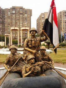 تمثال للجنود المصريون يعبرون قناة السويس.
