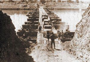 وحدات من الجيش المصري تعبر قناة السويس.
