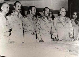 السادات يتوسط وزير الحربية ورئيس أركان حرب القوات المسلحة خلال حرب أكتوبر.