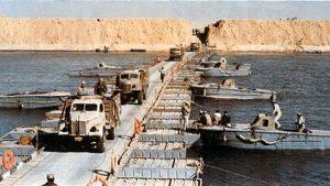 القوات المصرية تعبر قناة السويس.