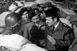 الرئيس السوري حافظ الأسد وبجانبه وزير الدفاع مصطفى طلاس على الجبهة السورية.