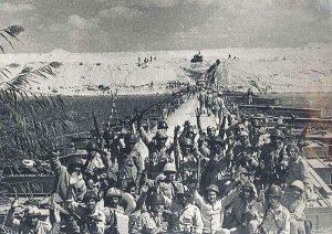 جنود مصريون يحتفلون بالعبور الناجح لقناة السويس خلال حرب رمضان.