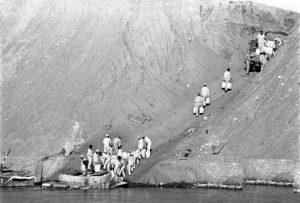 جنود يعبرون الممر الذي تم شقه في الساتر الترابي