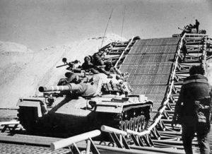 الدبابات تعبر الممر المهد فوق التلال الرملية