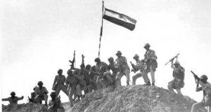 الجنود يرفعون العلم وراية الانتصار في حرب أكتوبر