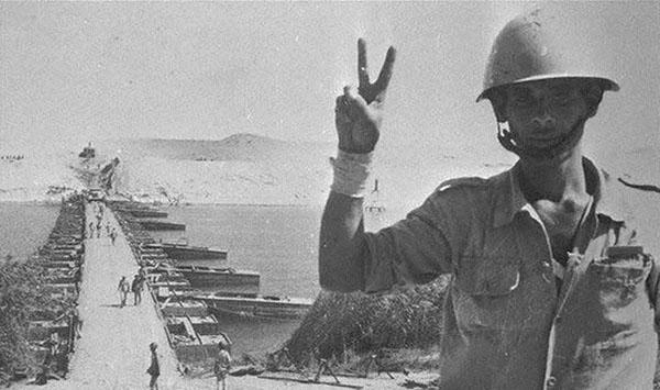 جندي يلوح بعلامة النصر