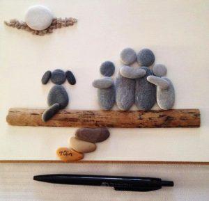 رسم أسرة بالحجارة