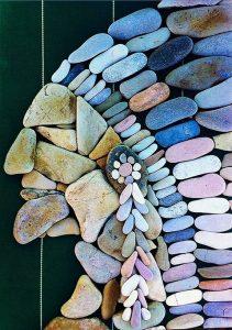 رسم وجه بالحجارة