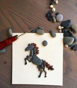 رسم حصان بالحجارة