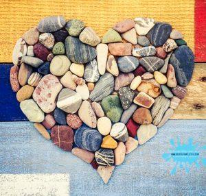 رسم قلب بالحجارة