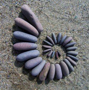 رسم قوقعة بالحجارة