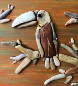 رسم طائر بالحجارة