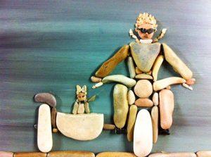 رسم راكب دراجة بخارية بالحجارة