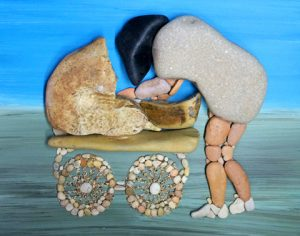 رسم أم وطفلها بالحجارة