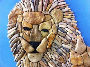 رسم أسد بالحجارة