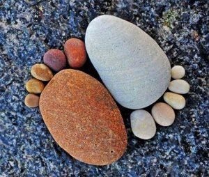 رسم قدم بالحجارة